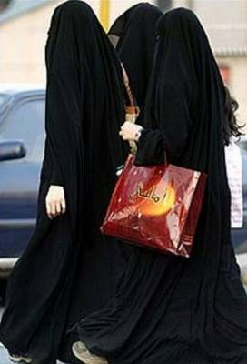 Saudi women walking in Riyadh
